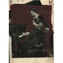 1921 Press Photo Ethel Mongomery Teaching Urusula flanigan at Perkins Institute
