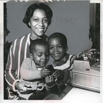 Press Photo A black woman & her children for civil rights in Ohio - neo15075