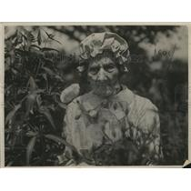 1924 Press Photo Mrs Mary Wiskotschill of San Leandro CA in her flower garden