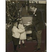 1921 Press Photo T.B. Weaver Giving Gifts to Richard Gersdorf & Clara Starliper