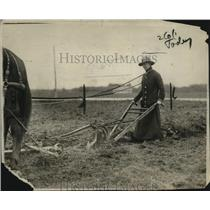 1917 Press Photo A. Frazer Using Plough at New York State School of Agriculture
