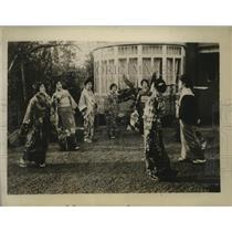 1929 Press Photo Girls Playing Hanetsuki, Japanese New Year - neo18166
