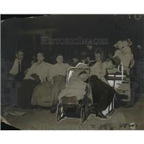 1909 Press Photo Man & Wife Asleep on Bench in Hamilton F. Park - neo20676