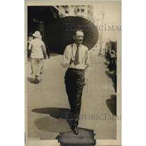 1924 Press Photo Russell T. Edwards carries a Chinese parasol on F Street