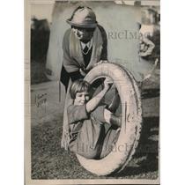 1921 Press Photo Teddy Ayres & Anna Johansen play with a tire for a game