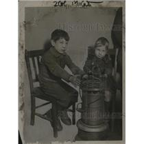 1921 Press Photo 2 Children Sit Around Appliance - neo23457