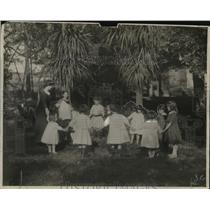 1923 Press Photo A group of children play a game in a circle - neo23778