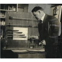 1922 Press Photo David E. Brown at USDA Tobacco Testing Laboratory - neo25329