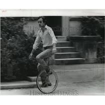 1971 Press Photo Tulane University - Alfonso Arias, Law Student, on a Unicycle
