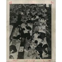 1947 Press Photo American Red Cross - Flood Evacuees in Louisiana - noa21542