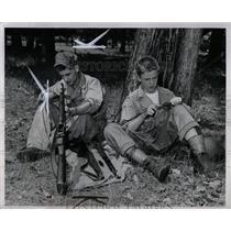 1947 Press Photo Sgt Jay Ellsworth John Elstone rifles - RRW00527