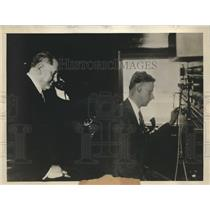 1930 Press Photo Sir Henry Thornton talks over the phone with Robert O. Lamont