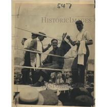 1921 Press Photo George Carpenter waves acknowledge to thousand of supporters