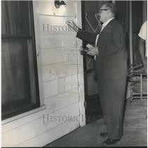 1963 Press Photo Alabama-Detective V.T. Hart views damage caused by bomb blast.