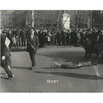 1918 Press Photo Man drags stuffed Kaiser through streets on Armistice Day