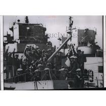 1955 Press Photo Chinese Sailors Stem Into Harbor Aboard Destroyer Escort