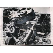 1950 Press Photo South Korea 2nd Lt Yang Woo & officer with artillery shells
