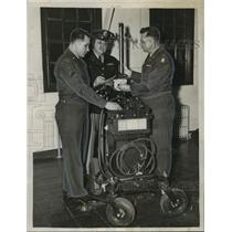 1954 Press Photo Alabama-National Guardsmen of Evacuation Hospital check machine