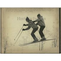 1972 Press Photo Scott Howe and Vince Clark Show Skiing