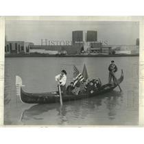 1933 Press Photo Visitors Gondoliers - RRW53451