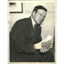 1935 Press Photo Joe Cronin surveys his broken thumb in his hotel room
