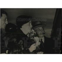 1935 Press Photo Newlyweds Kohn Boarding Train Derby - RRW77941
