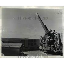 1942 Press Photo Sailors Scan Sea & Sky for Enemy Craft From 5-Inch Gun