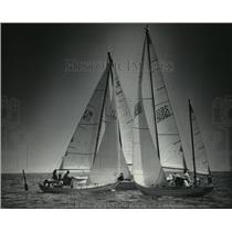 1983 Press Photo Boaters on Lake Michigan crowd in as they reach the first buoy