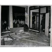 1954 Press Photo AFL Shattered Windows Bomb Chicago - RRX11343