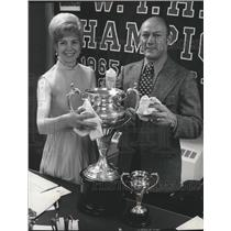 1972 Press Photo Jeanette Fletcher and Norm Johnson polish silver goblet trophy