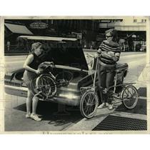 1962 Press Photo loan Fleig American tote cycle Town - RRW05143