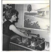 Press Photo Woman demonstrating automatic sink - RRW39959
