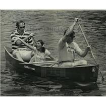 1976 Press Photo Bayou Haystackers Canoe Club - Men and Woman in Canoe Race