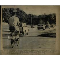 1973 Press Photo commuter bicycle air pollution - RRW04081
