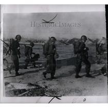 1950 Press Photo Wars Korea Americans Poland Ashore - RRY71735