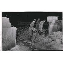 Press Photo East German Border Guards String Barbed Wire in Berlin Wall Hole