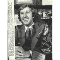1976 Press Photo Minnesota Vikings football quarterback, Fran Tarkenton & trophy