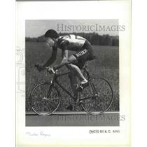 1984 Press Photo Bicycle racer Thurlow Rogers riding along a countryside road