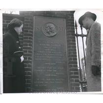 1956 Press Photo Plaque near Benjamin Franklin's tomb in Philadelphia