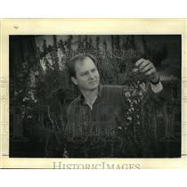 1992 Press Photo Karl Becnel New Orleans Botanist, with Primrose Vine