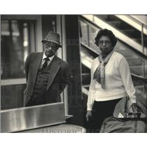 1987 Press Photo Eddie McCrary greets his wife in Milwaukee airport - mjb41123