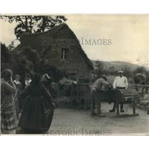 1928 Press Photo Family on a Farm in Alsace-Lorraine Harvest Barley, France