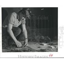 1982 Press Photo David Maedgen works on model, Air Pollution, Houston