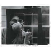 1990 Press Photo Man painting with Aerosol Sprays - hca03941