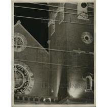 1961 Press Photo Man lowers bag from church window, Birmingham Freedom Riders