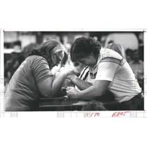 1982 Press Photo Landy Zeh, Patti Dent, Texas State Women's Wrist Wrestling