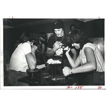1983 Press Photo Mary Beth Wikie arm wrestles Gwen Smith at Eddie J's, Pasadena
