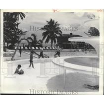 1964 Press Photo Poolside Guests at this Beachside Hotel, Bahamian Sea, Bahamas