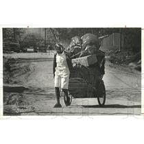 1982 Press Photo Victoria Cooper hauls cart of paper in Anderson, Texas