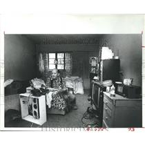 1982 Press Photo Leroy Mathes in apartment in Allen Parkway Village, Houston